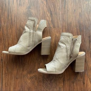 Universal Thread ankle booties